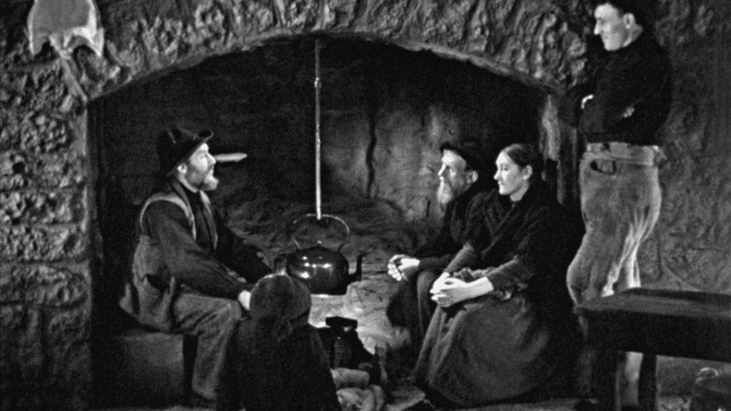 Fireside scene *** Local Caption *** Oidhche Sheanchais, A Night of Storytelling, Robert Flaherty, GB/IRL, 1935, V'14, Kurzfilme