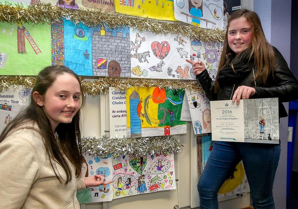 Roseann Ní Laoi (3ú duais 11-13) agus Katie Ní Fhltharta (ardmholadh 8-10 mbliana)