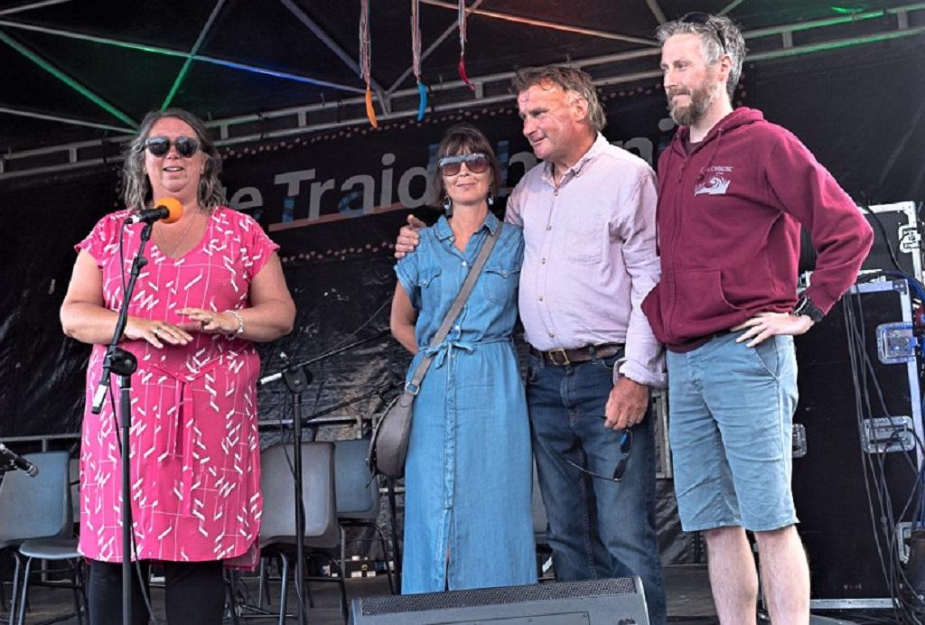 Coiste Fhéile Traidphicnic ar stáitse, ó chlé: Bridge Barker, cathaoirleach; Sara Howlin, Steve Mac Suibhne agus Liam Collins