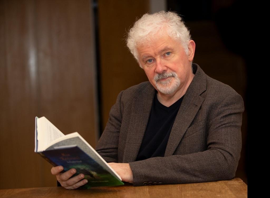 Tadhg Mac Dhonnagáin le leabhar